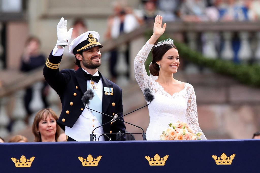 When-Newlyweds-Waved-Crowds